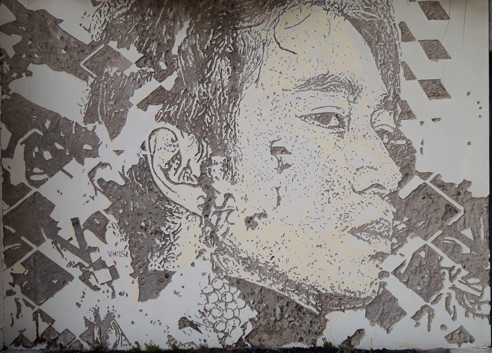 Le street artist Vhils et son premier portrait au Vietnam